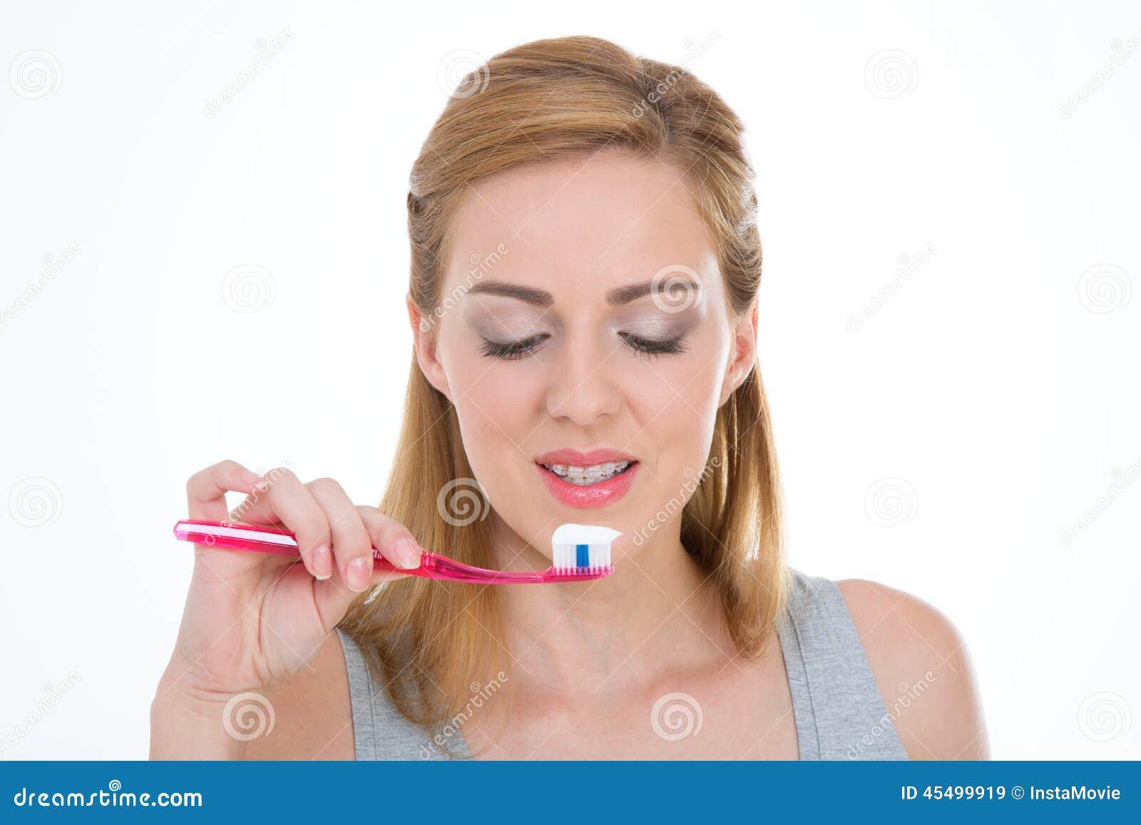 美好的青少年的喜欢她的牙