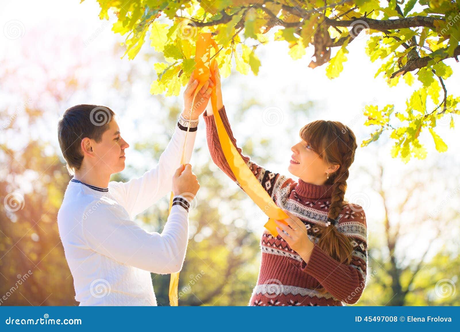美好的年轻怀孕的夫妇有野餐在秋天公园 Ha