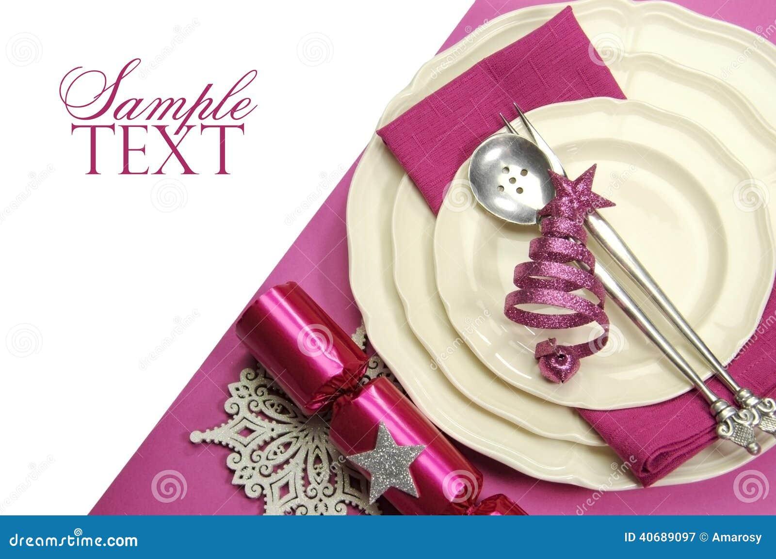 美好的紫红色的桃红色欢乐圣诞节餐桌