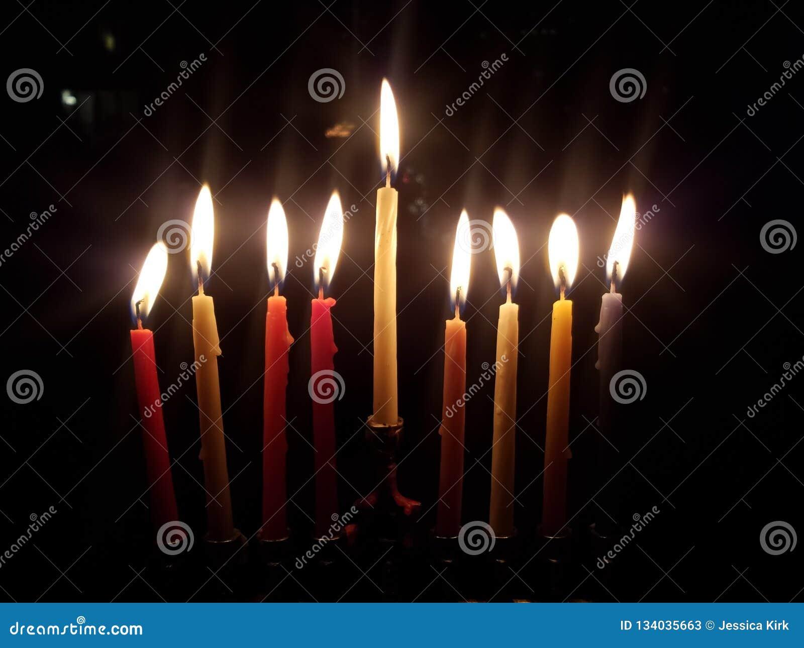 美好的menorah点燃了与在Chanukah的昨晚的蜡烛
