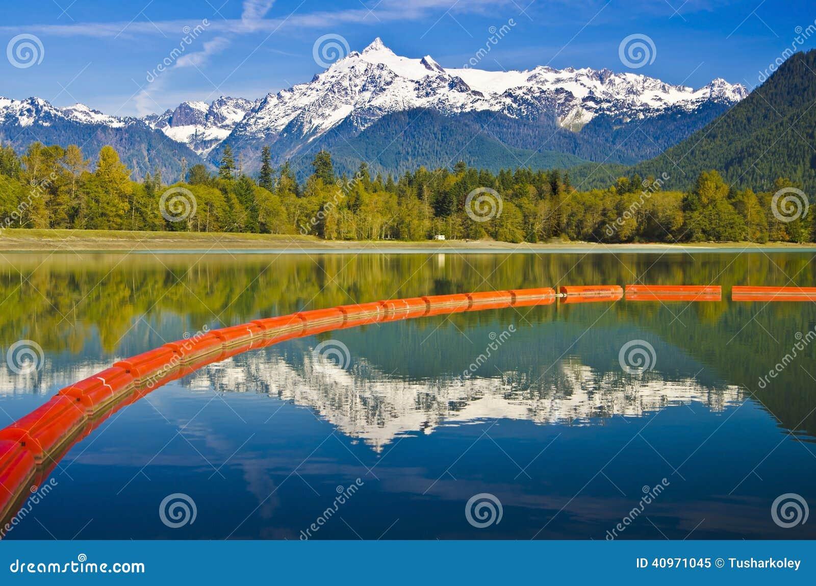 美好的Mt贝克反射和Baker湖水坝