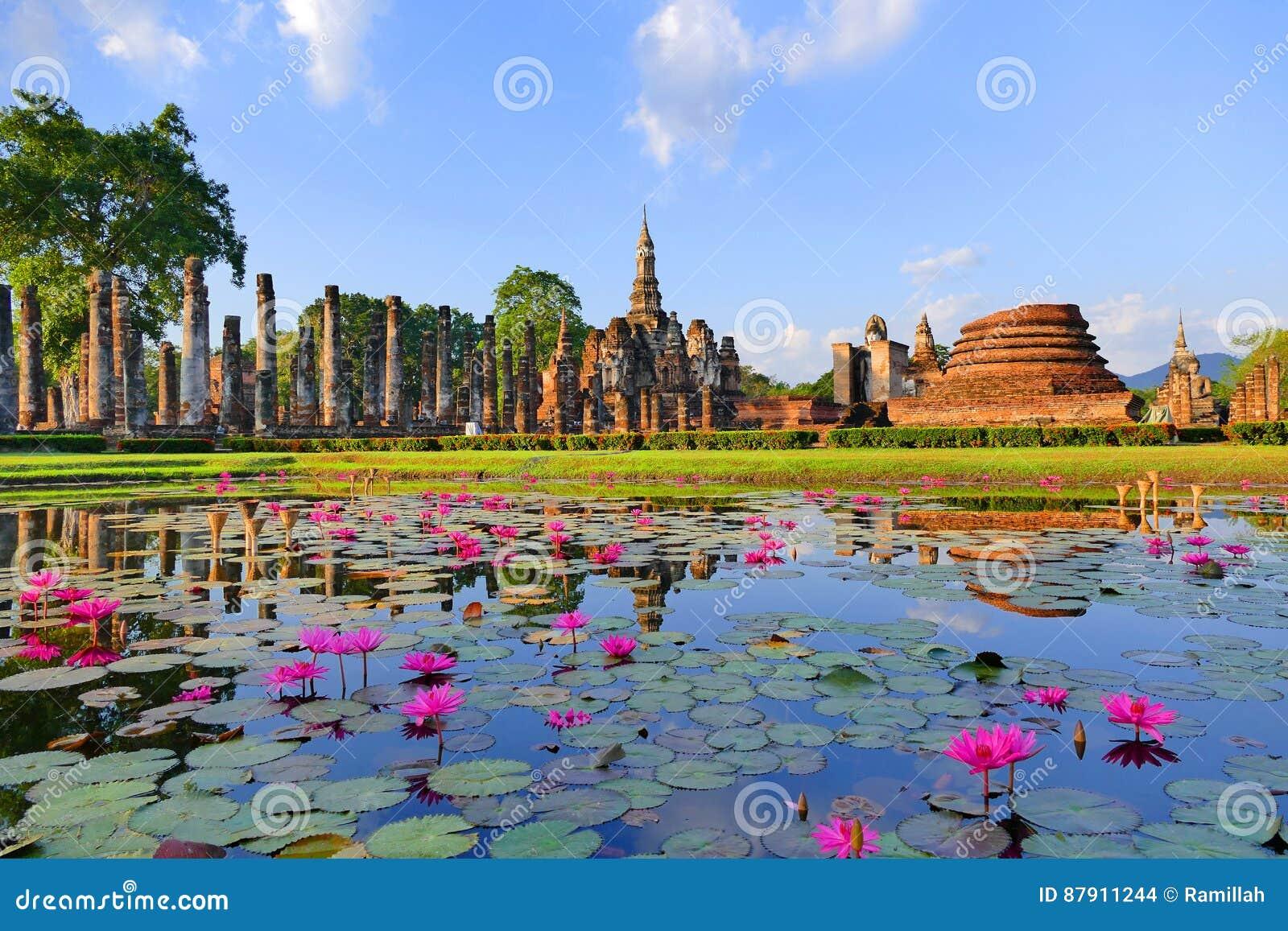 美好的Wat Mahathat在Sukhothai历史公园,泰国风景风景视图古老佛教寺庙废墟在夏天