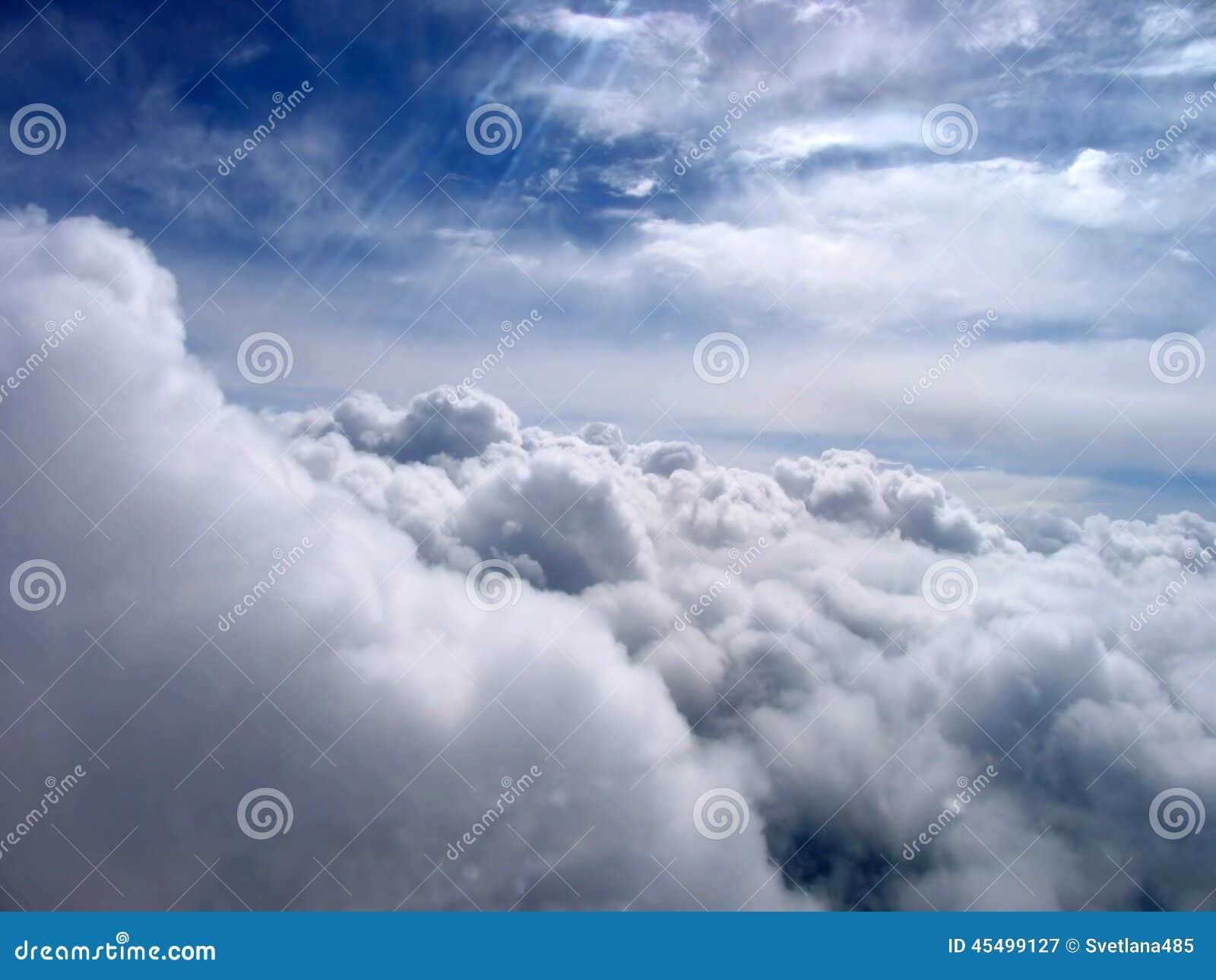 美妙地在天空的美丽的云彩 引擎喷气机视图可视翼