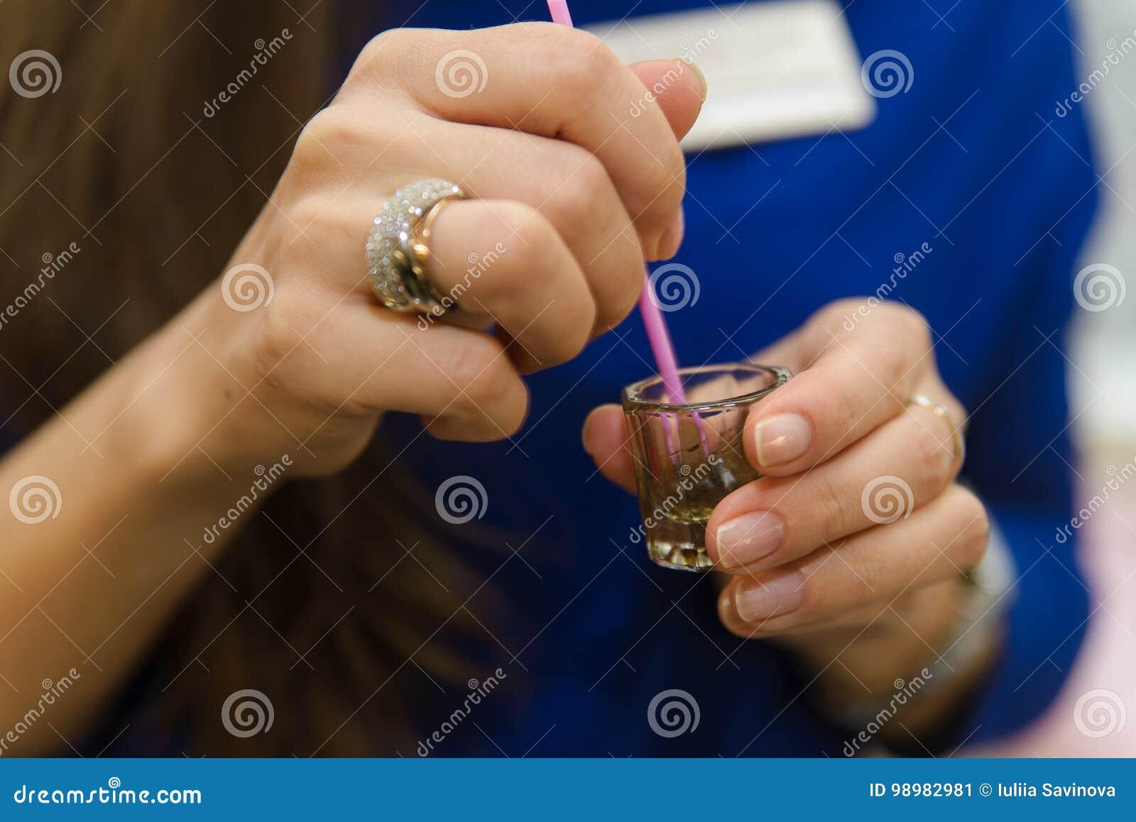 美容师化妆师的手应用油漆无刺指甲花,设计,在美容院的被整理的眼眉在会议更正 赞成