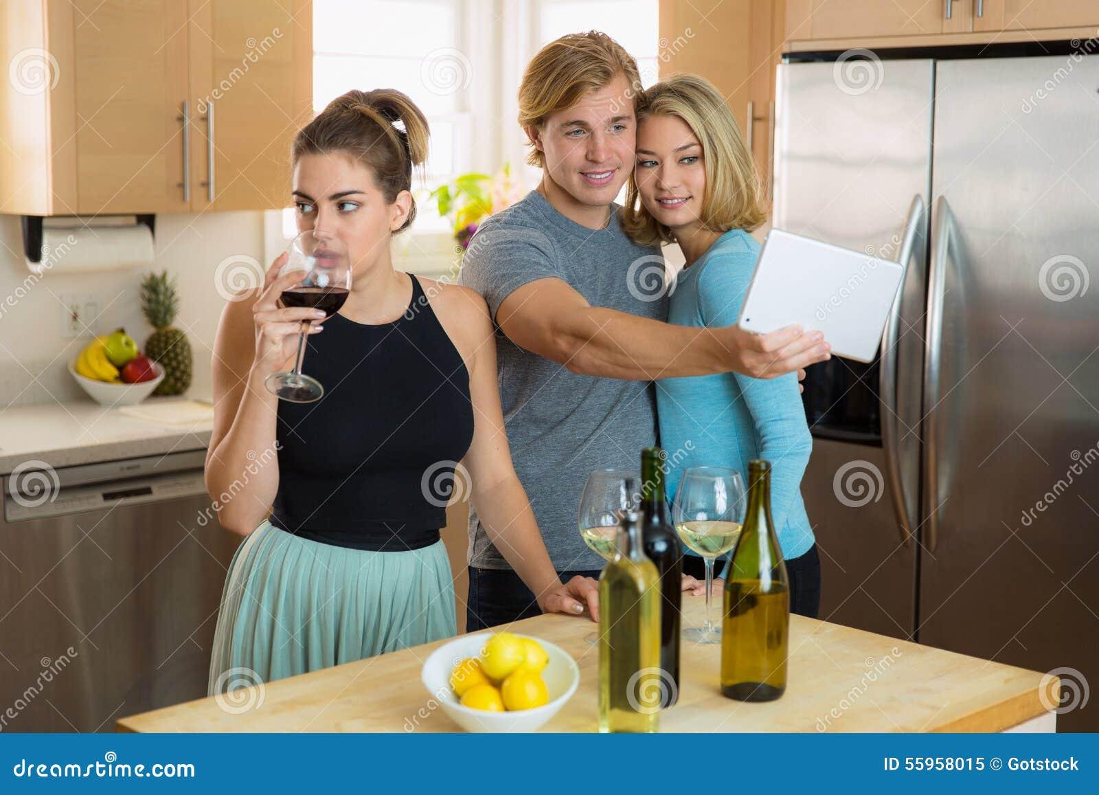 羡慕单身妇女被党的人感到厌烦嫉妒关于她的朋友和获得她的日期乐趣