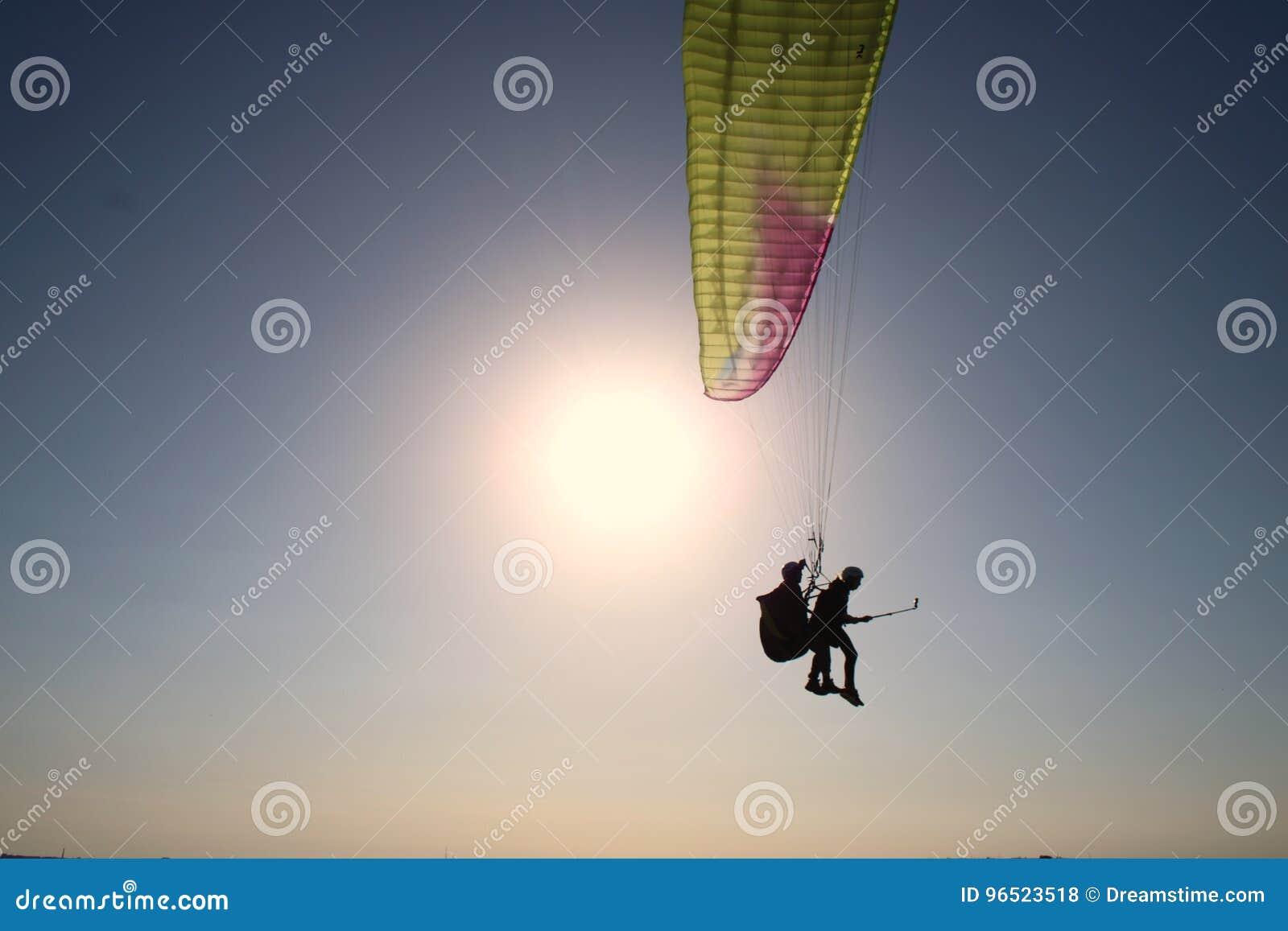 滑翔伞一前一后gopro