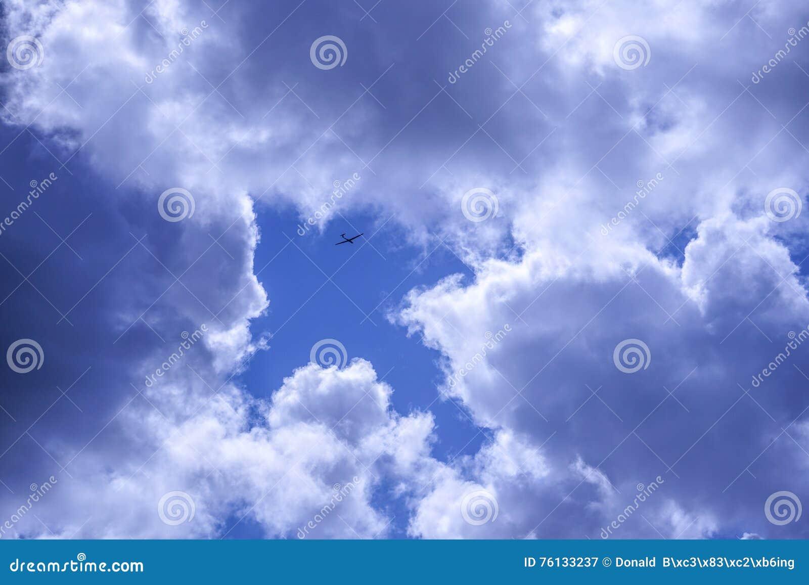 滑翔机飞机飞行的符号图片到在天空的一个箭头里
