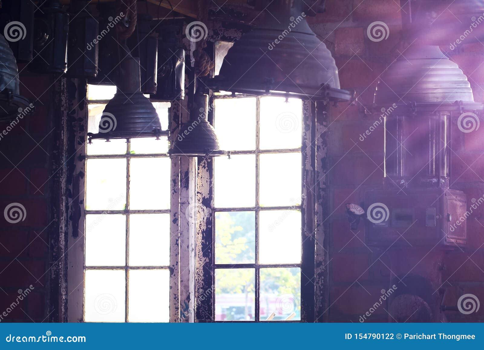 老与来通过窗口的明亮的光的葡萄酒工业内部 美好的阳光