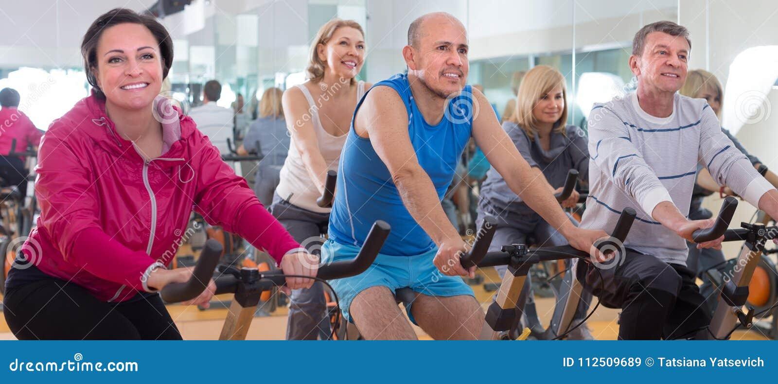 老人做在锻炼脚踏车的体育