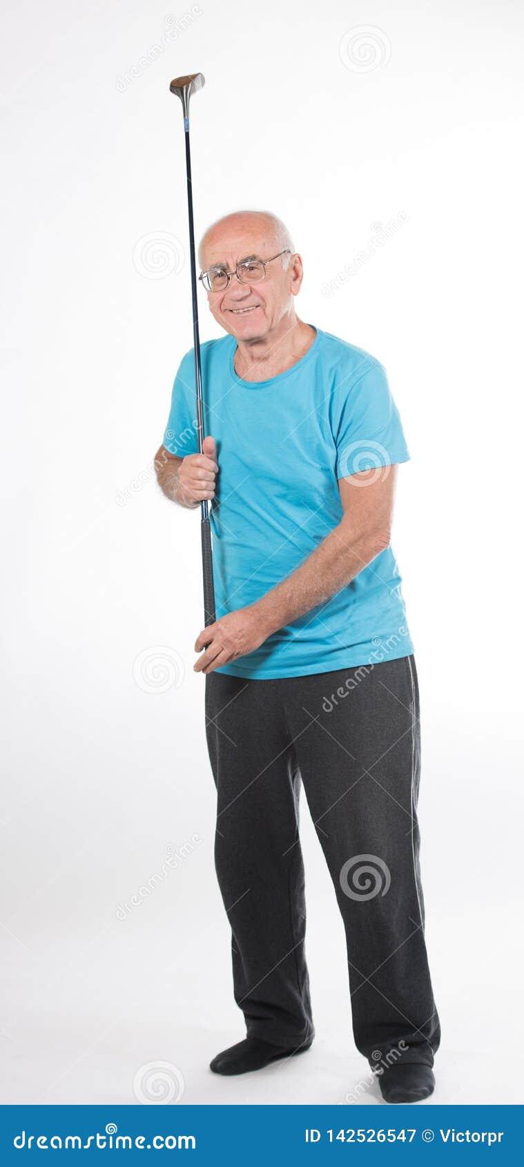老人打高尔夫球