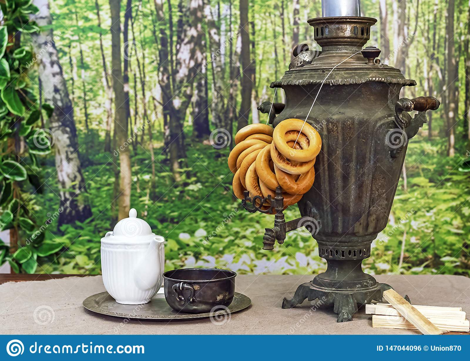 老俄国俄国式茶炊用在一张木桌上的百吉卷