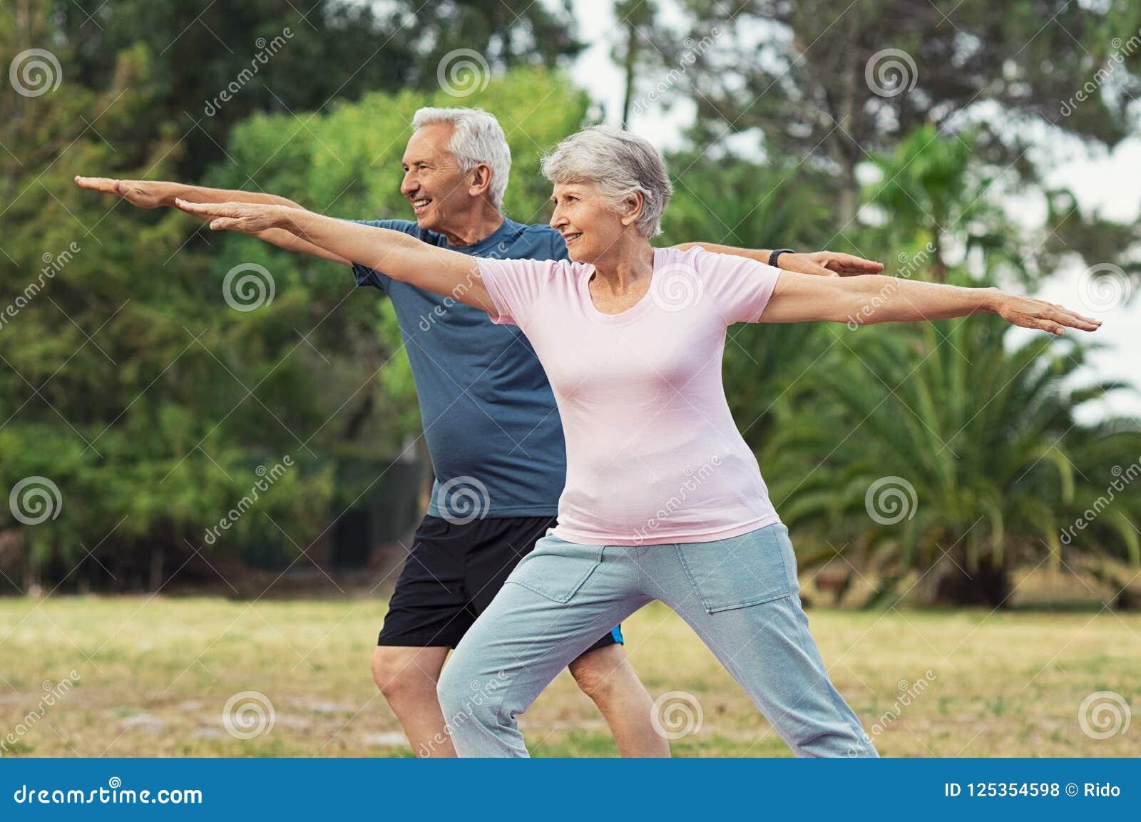 老做男人和的妇女舒展锻炼