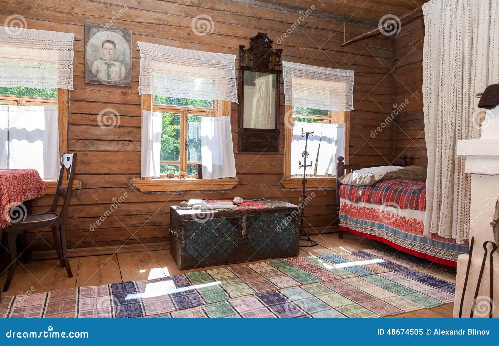 诺夫哥罗德,俄罗斯- 2014年7月23日:老农村木房子内部在木建筑学vito