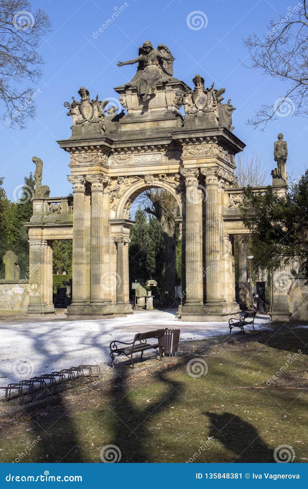 老历史的惊人的新新生样式公墓门户在捷克共和国的,好日子Horice
