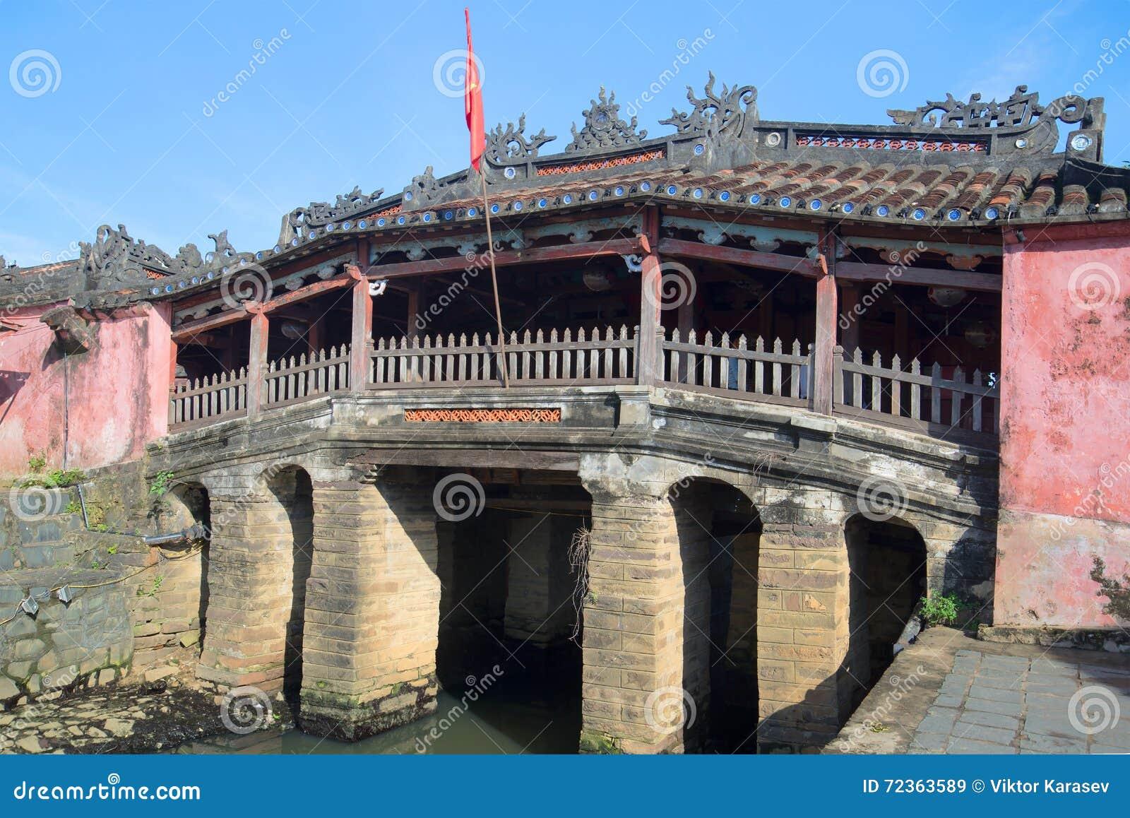 老古老日本桥梁在一个晴天 hoi越南