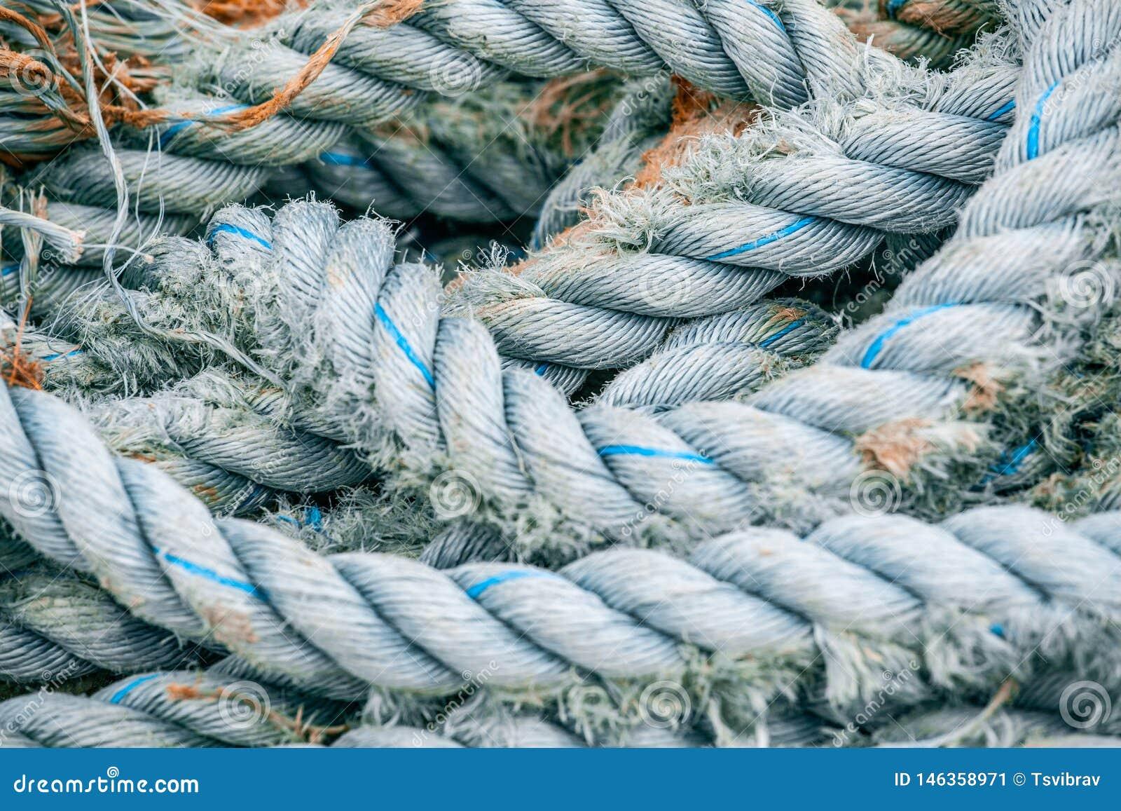 老和破旧的停泊的绳索