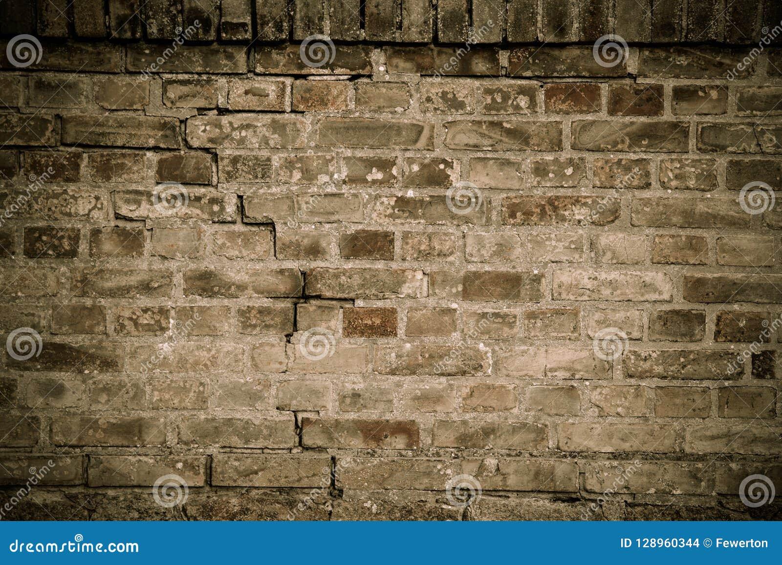 老和被风化的脏的棕色砖墙细节有成为不饱和的颜色表面纹理背景