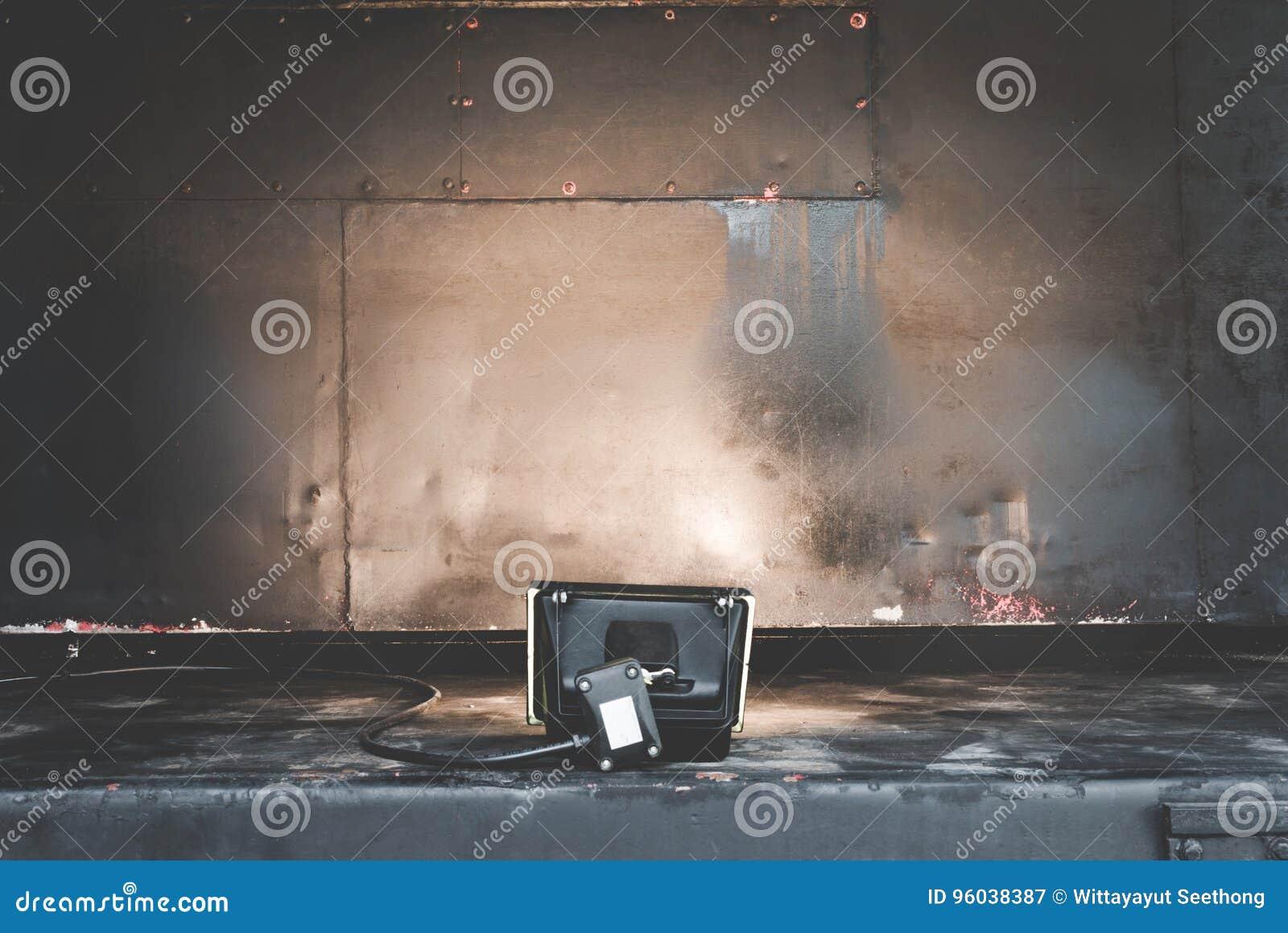 老在背景和演播室聚光灯的金属钢铁铁锈纹理 聚光灯和金属表面纹理