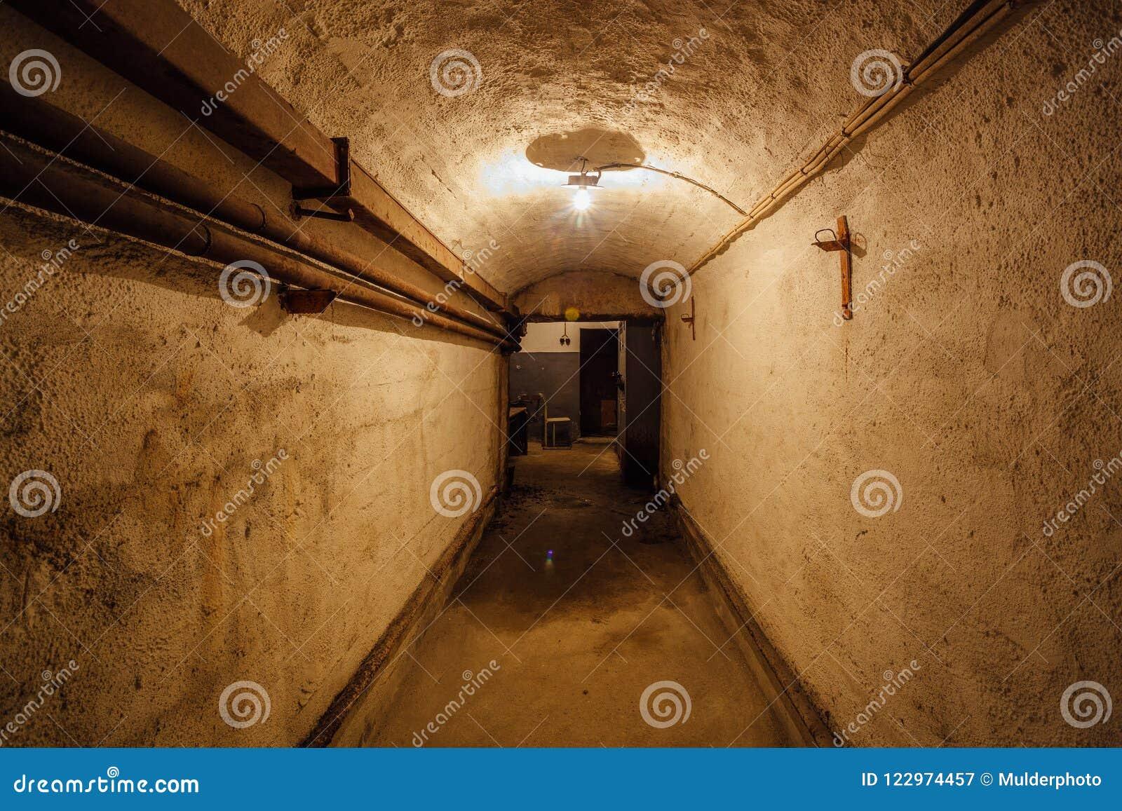 老地下苏联军事地堡黑暗的走廊在设防下的 塞瓦斯托波尔,克里米亚