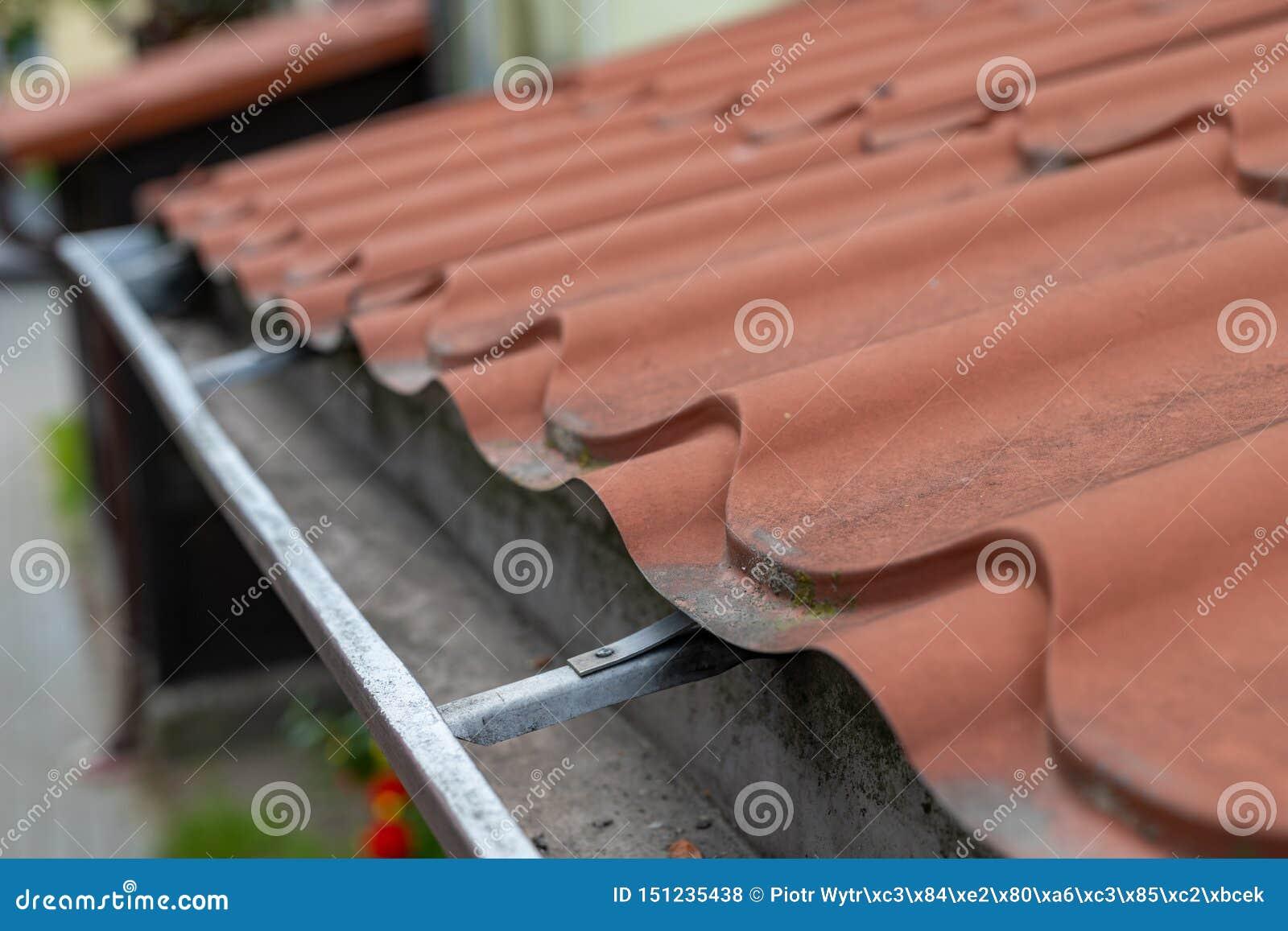 老天沟在一个独立式住宅里 从屋顶的雨水排水设备