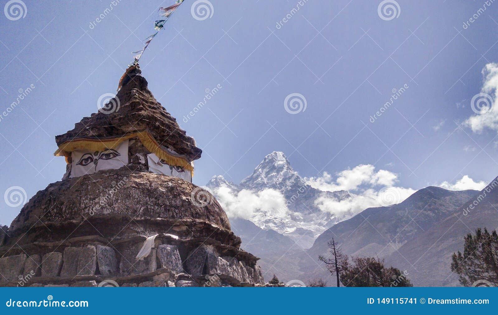 老寺庙在喜马拉雅山尼泊尔