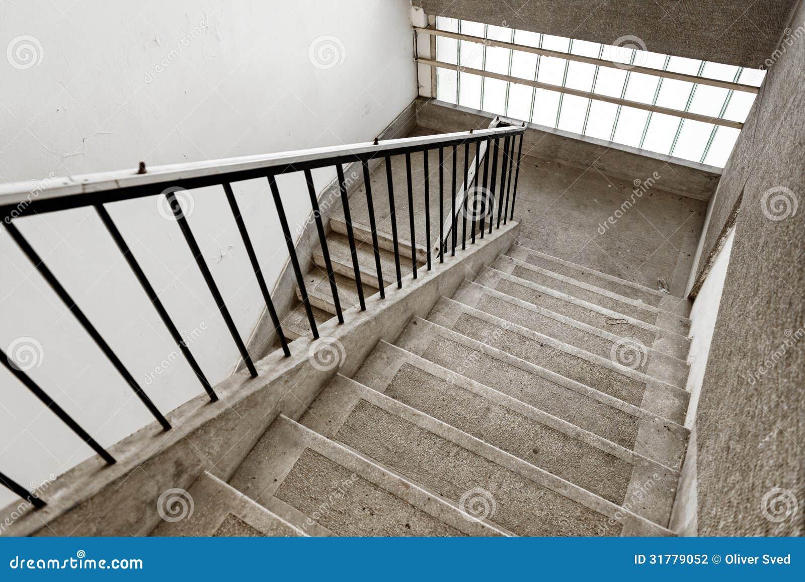 与没人的老工业楼梯那里.