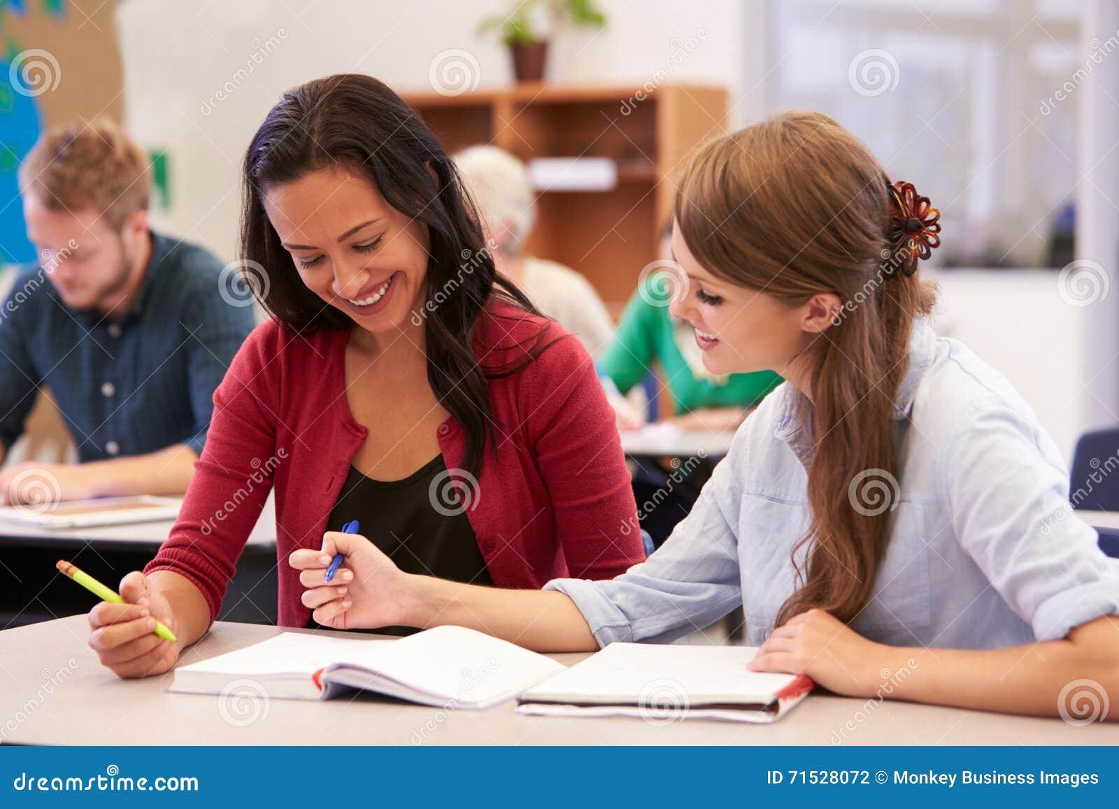 老师和学生在成人教育类