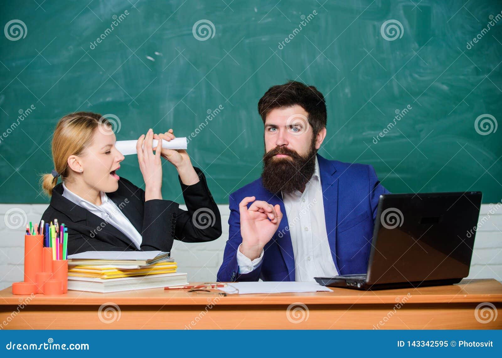 老师和学生检查的 回到学校 正规教育 生意人和秘书 文书工作 3d背景镜象人寿保险业白色