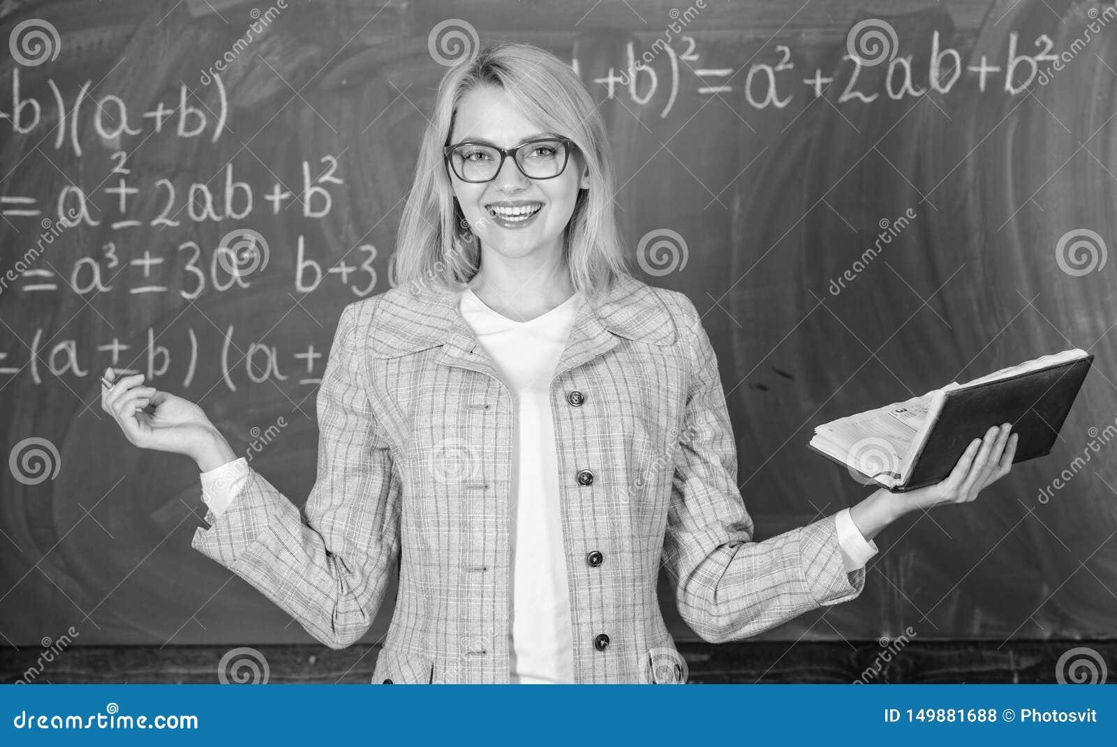 老师妇女有书黑板背景 老师为什么放弃了有重音的病残 劳累过度和缺乏支持