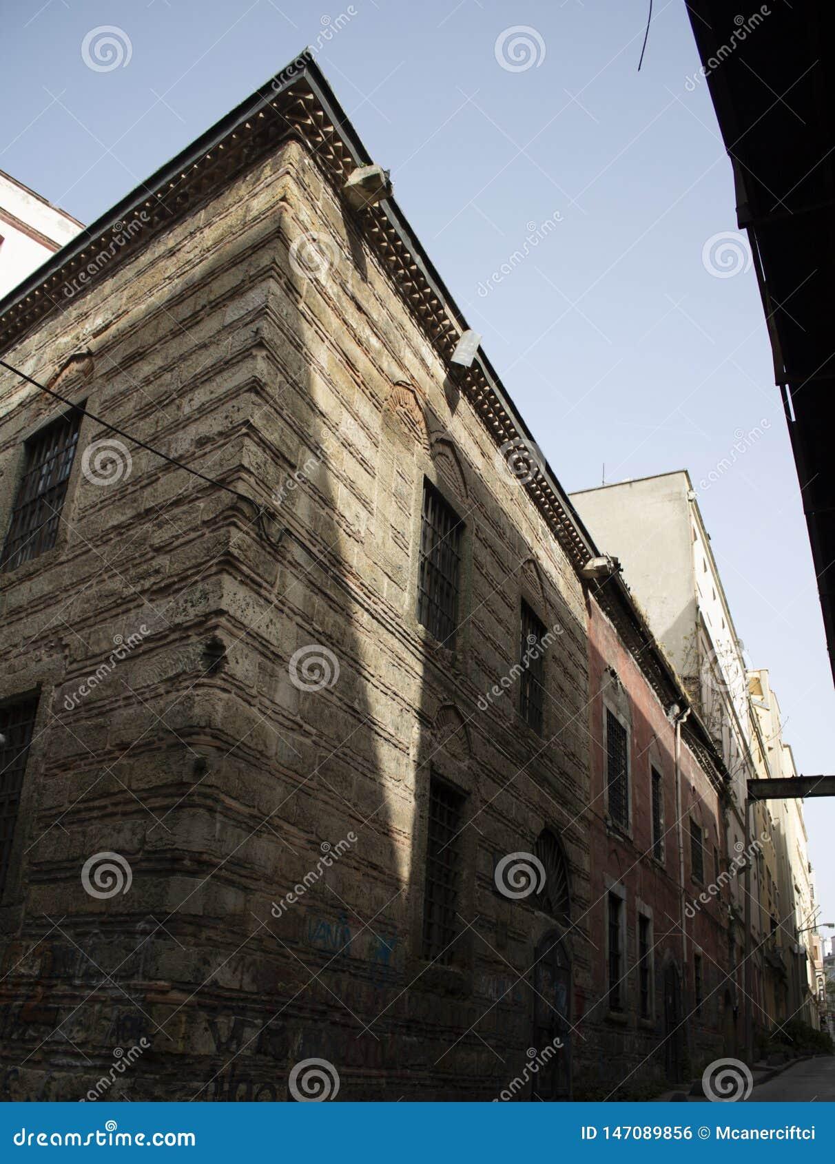 老建筑大厦射击在街道里面的