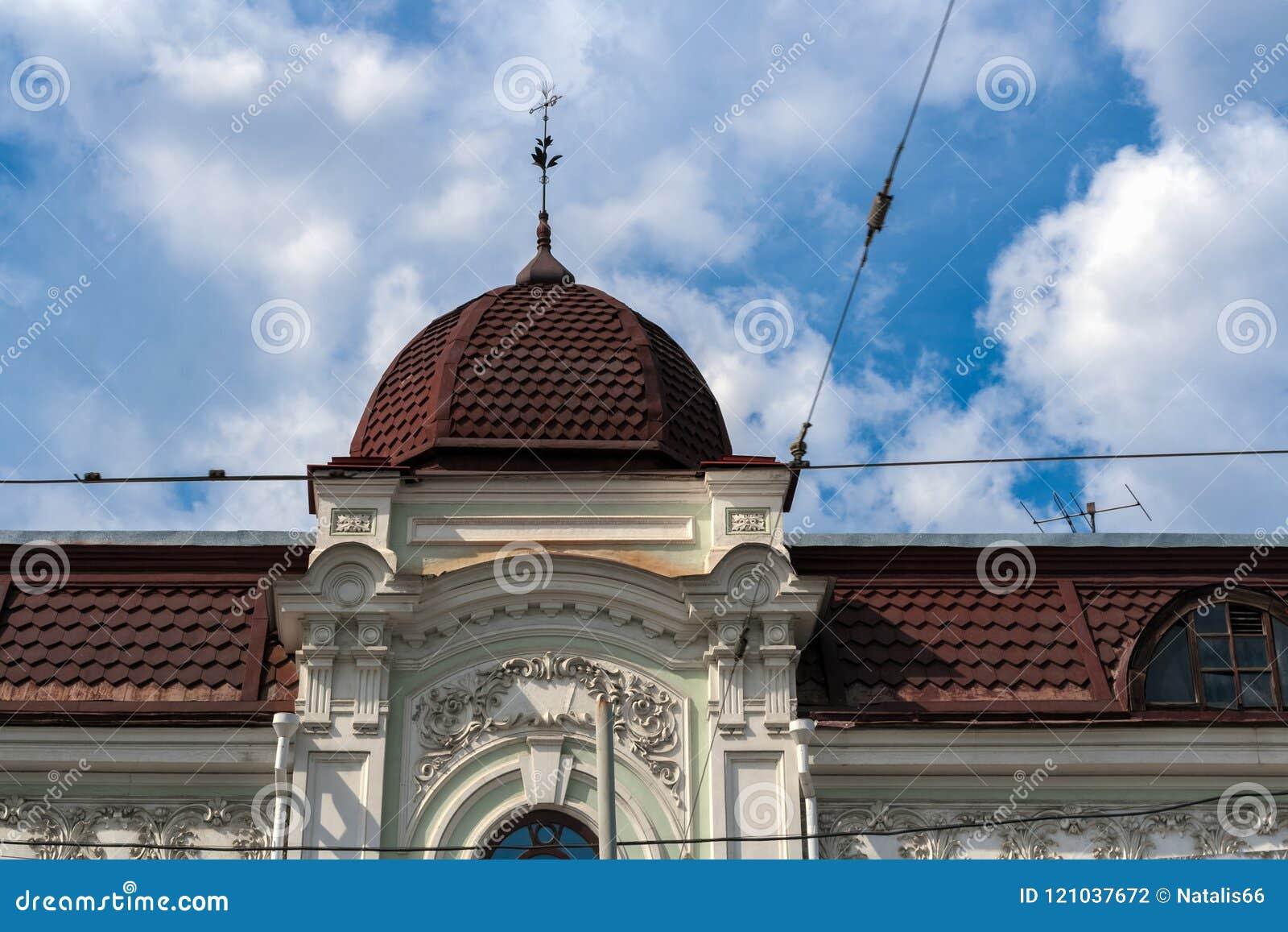 老房子屋顶有圆顶的和反对天空的风向