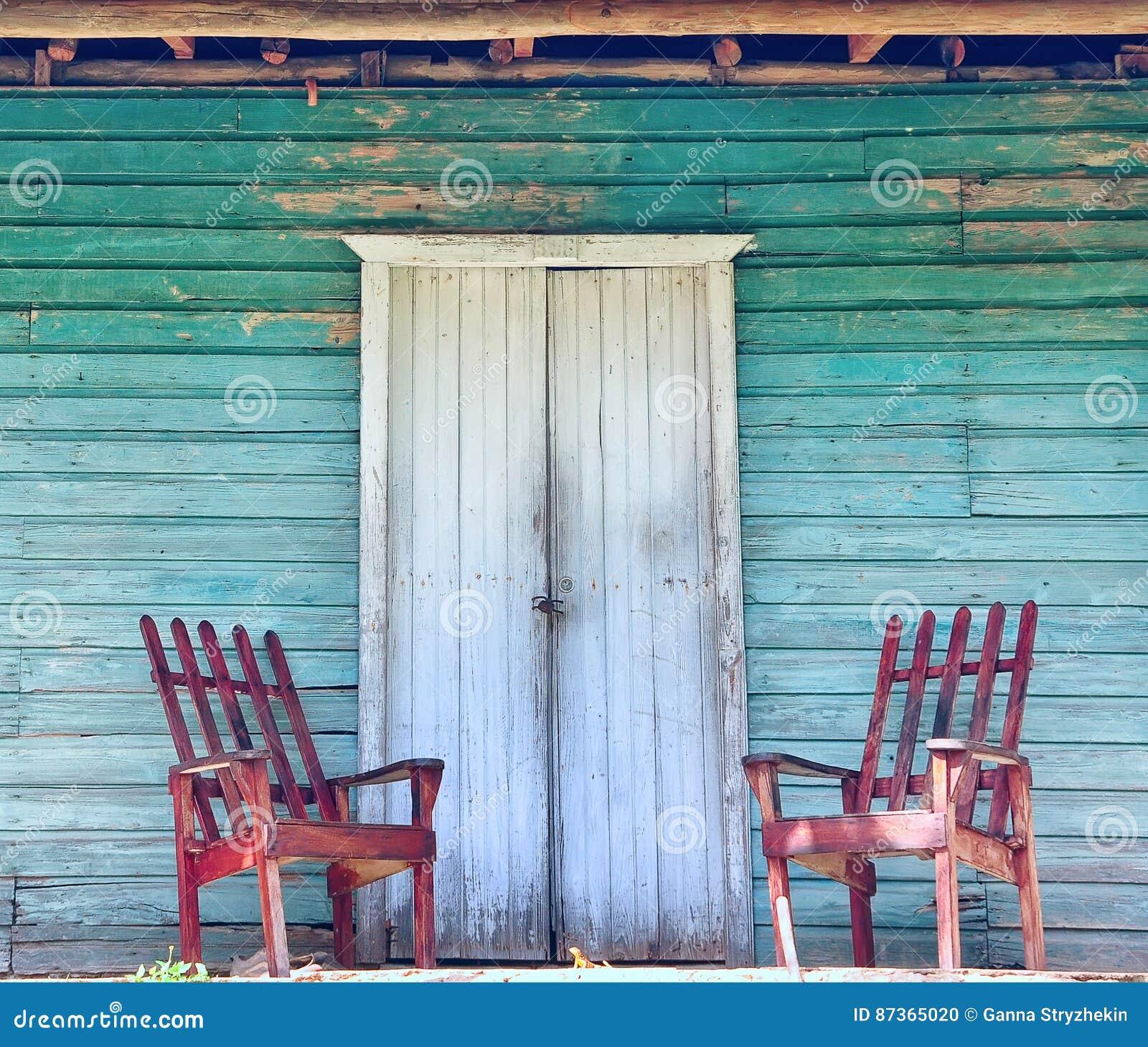 老房子的木门廊