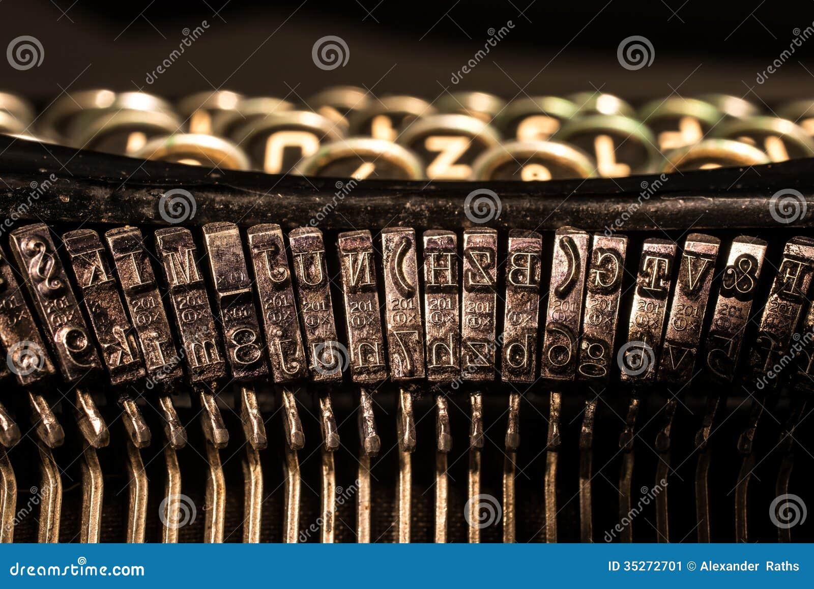 老打字机信件和标志钥匙特写镜头