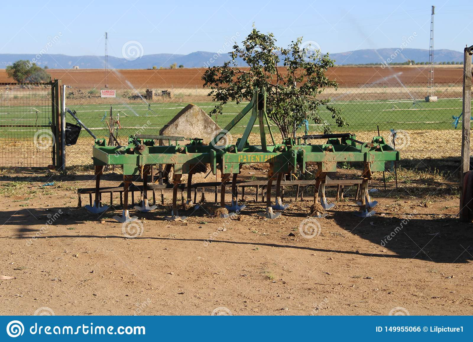 老拖拉机犁耙在草甸