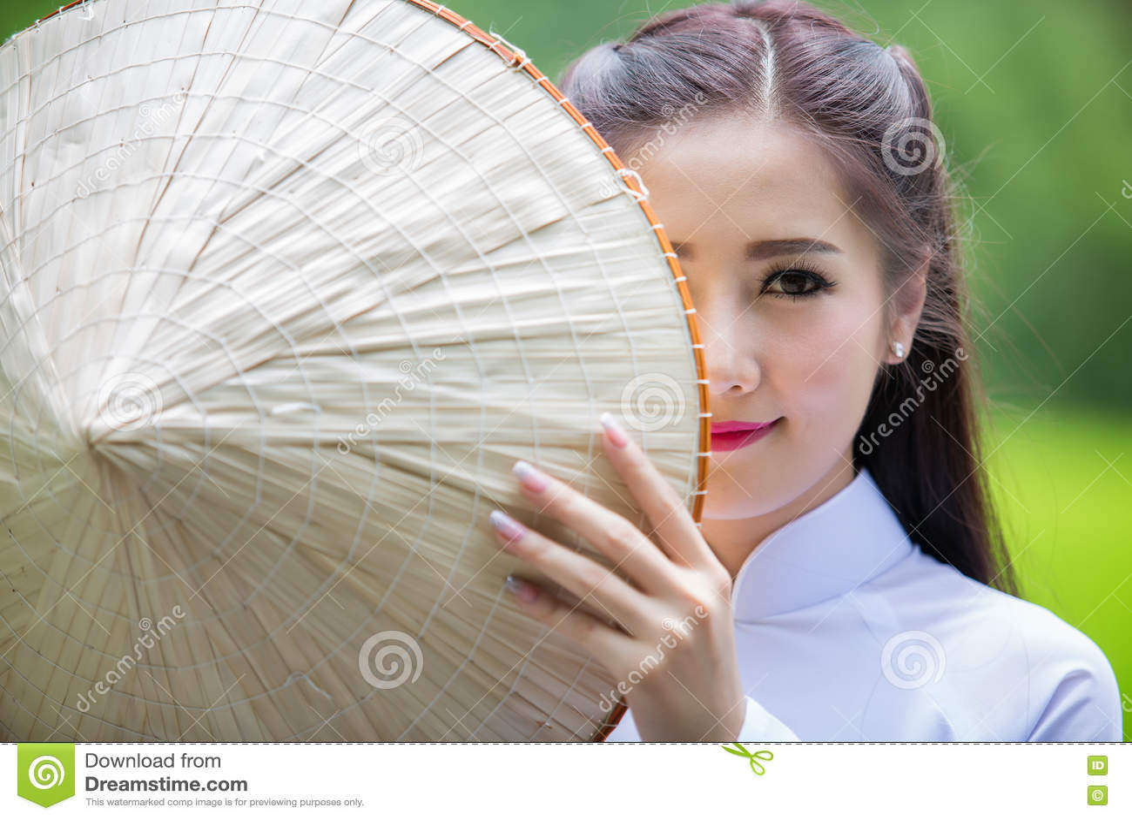 老挝女孩越南传统礼服画象