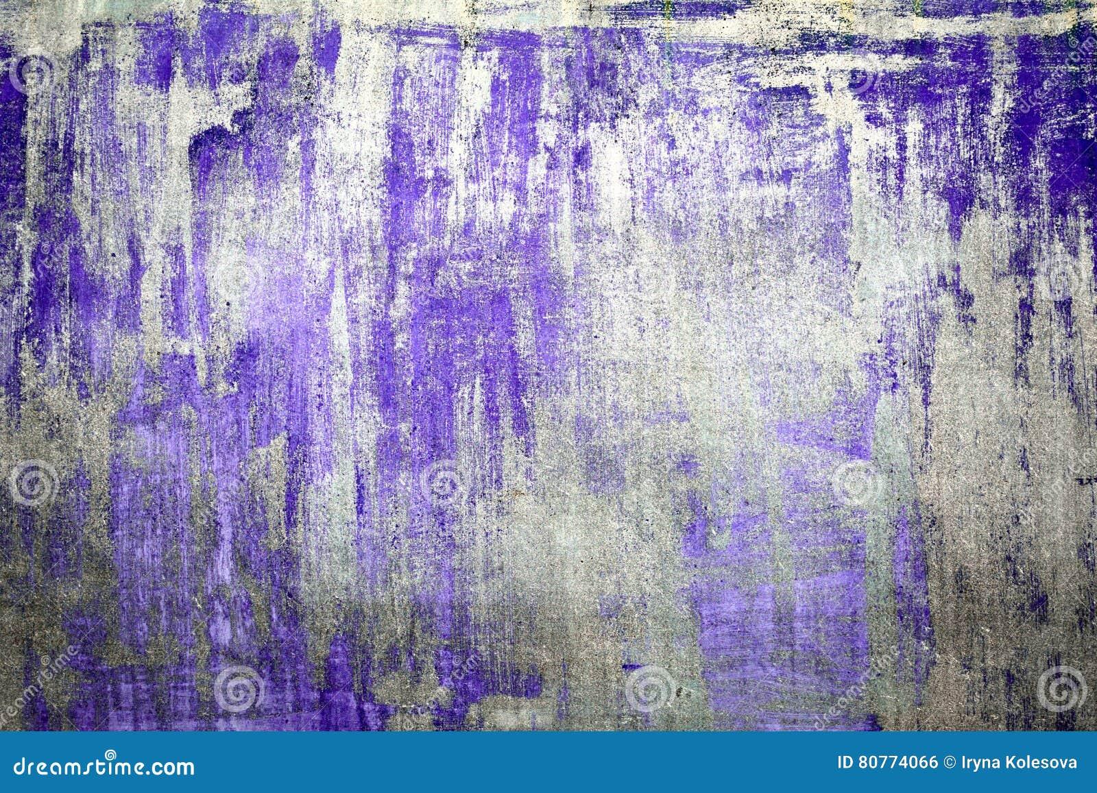 老损坏的破裂的油漆墙壁,难看的东西背景,紫色颜色