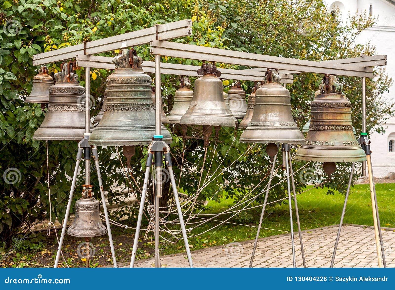 老教堂钟 yaroslavl 莫斯科 在回顾的修道院地面建立的响铃由游人