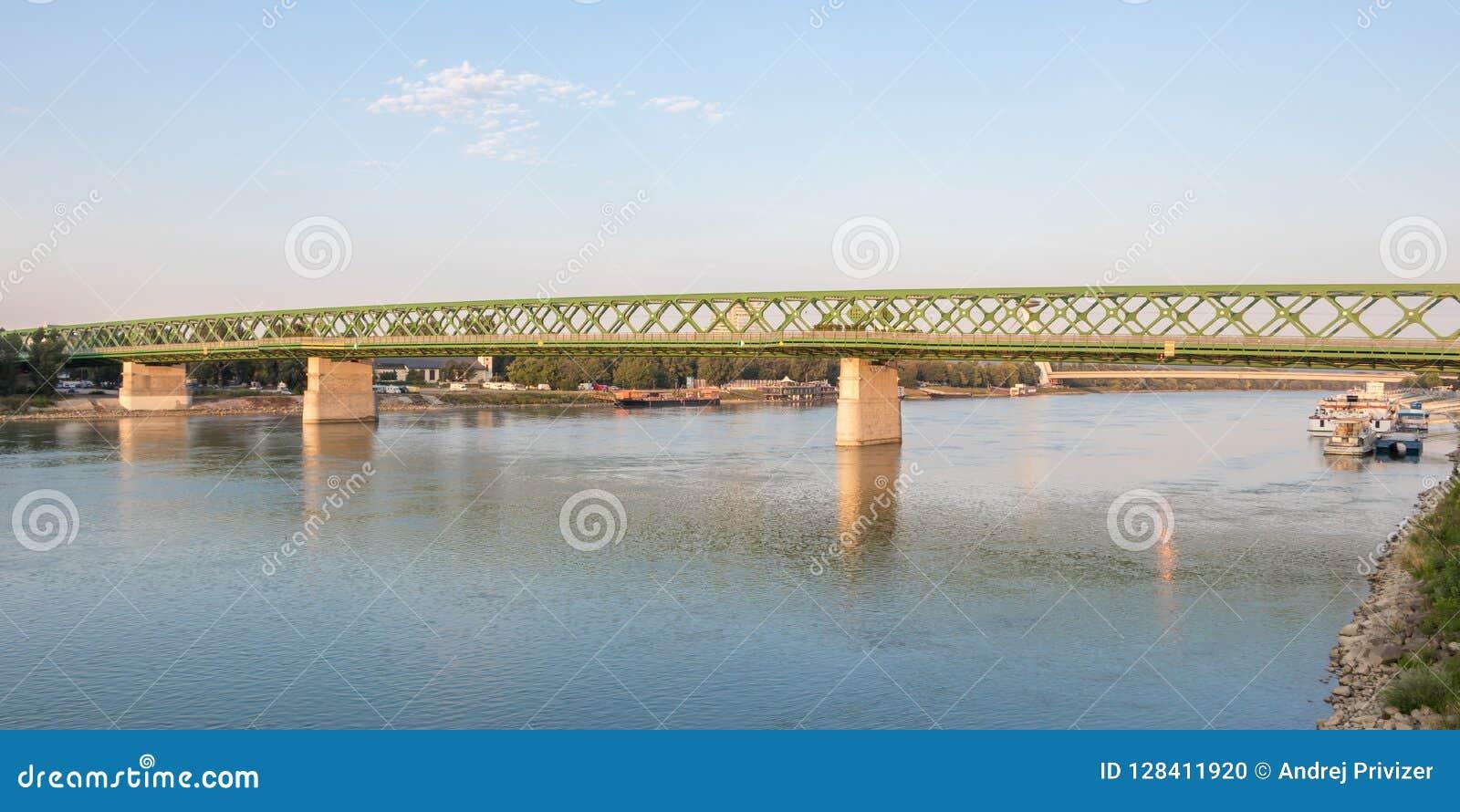 老新的桥梁的清早视图在布拉索夫