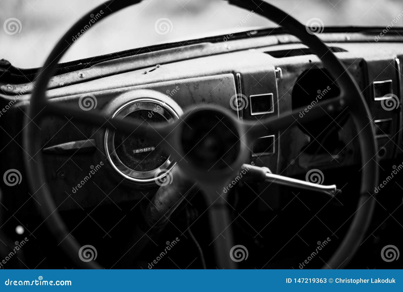 老方向盘和仪表板