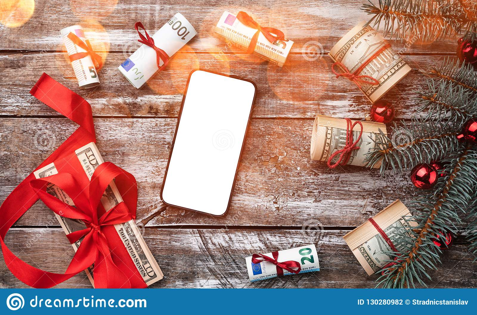 老木头Xmas背景  与美国和欧洲金钱的圣诞树 礼品节假日意大利罗马纪念品 顶视图