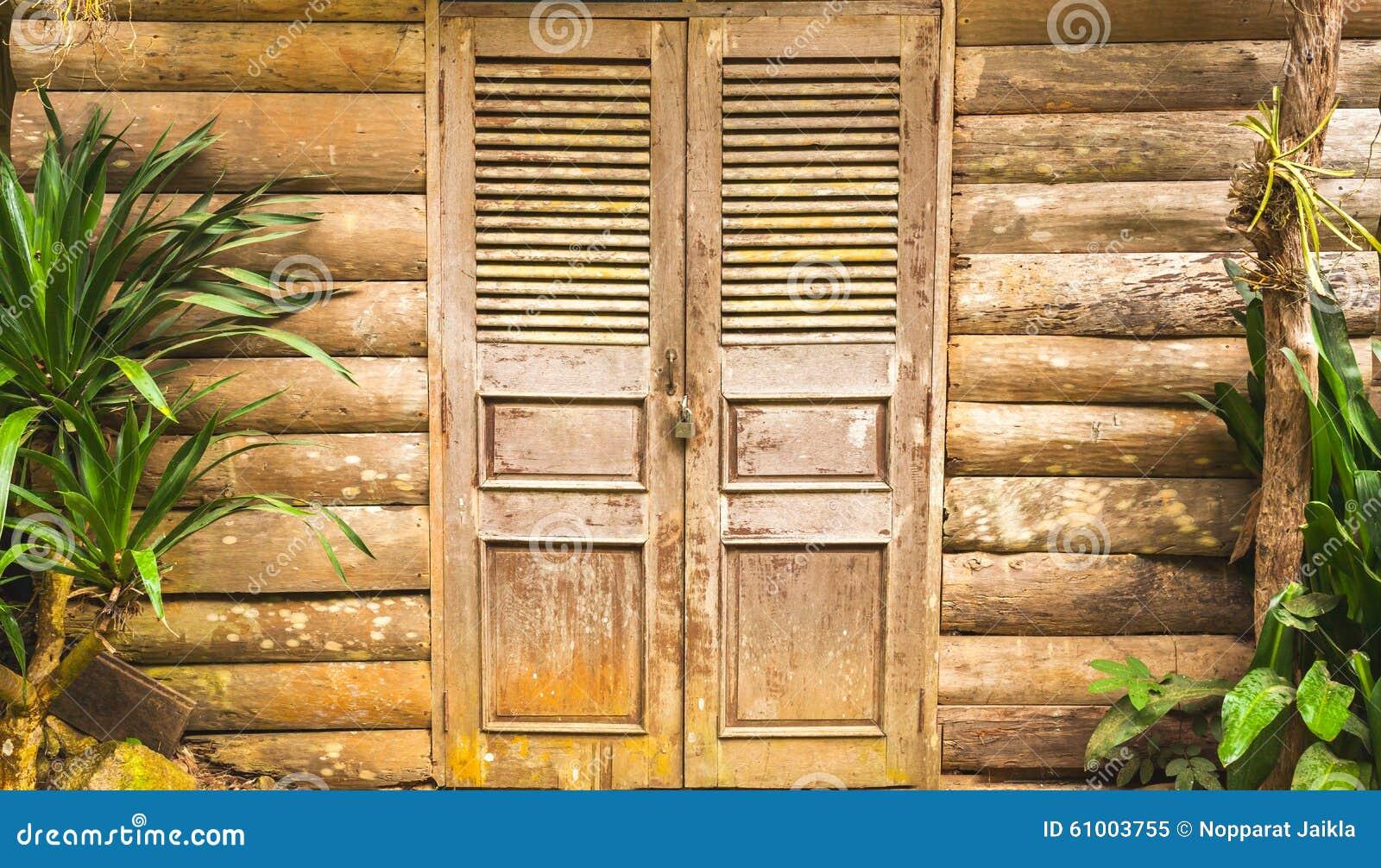 老木毂仓大门和木头墙壁