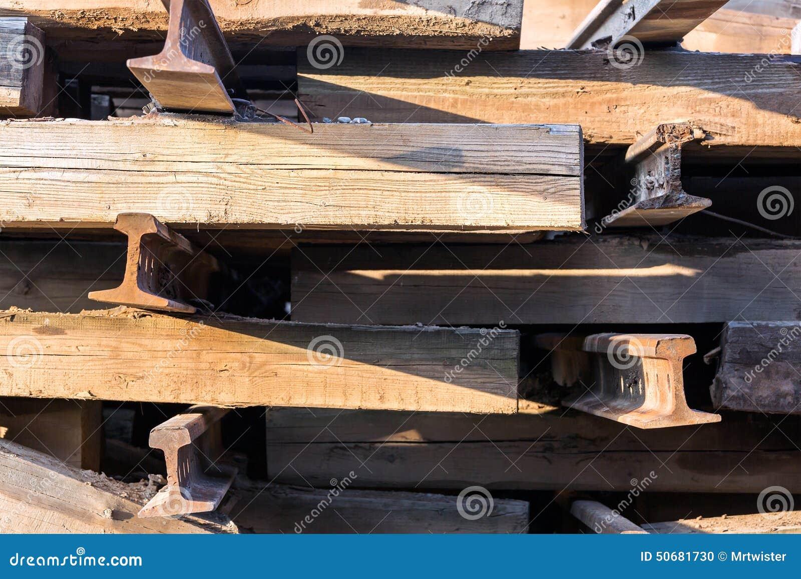 Download 老木铁路睡眠者 库存照片. 图片 包括有 跟踪, 木料, 金属, 硬木, 旧货, 运输, 堆积, 木材, 日志 - 50681730