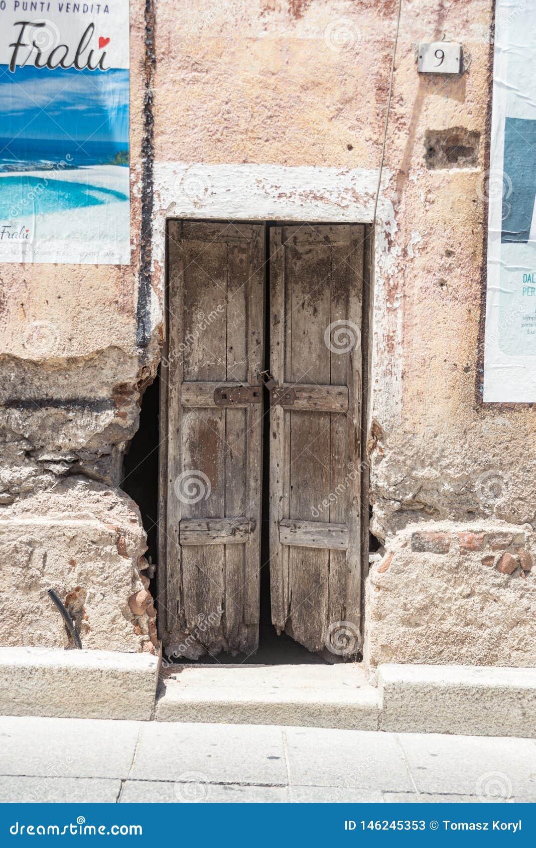 老木门 议院由石头做成,木头,在奥列纳,努奥罗,撒丁岛,意大利,欧罗巴