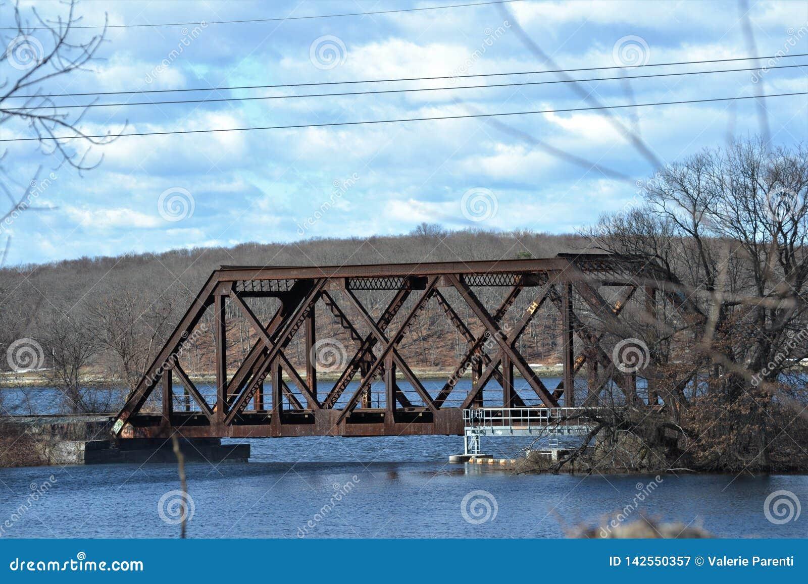 老火车铁路桥梁上帝