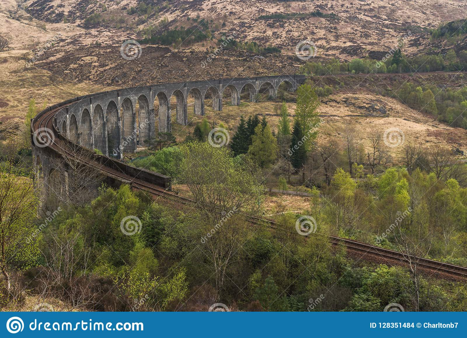 老火车铁路被成拱形的桥梁