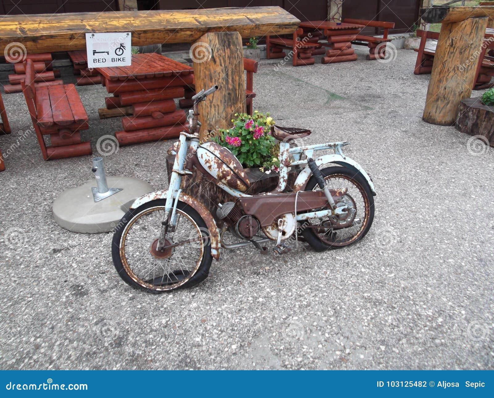 老生锈的摩托车