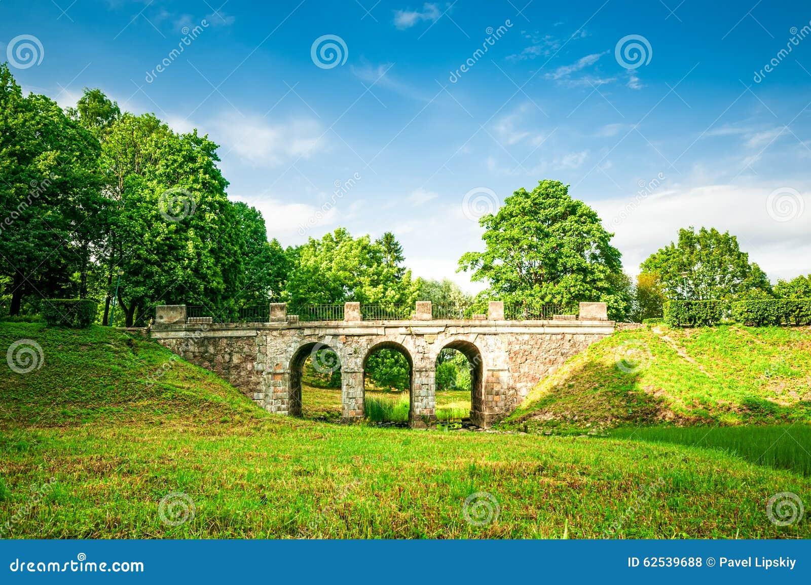 老石桥梁在公园