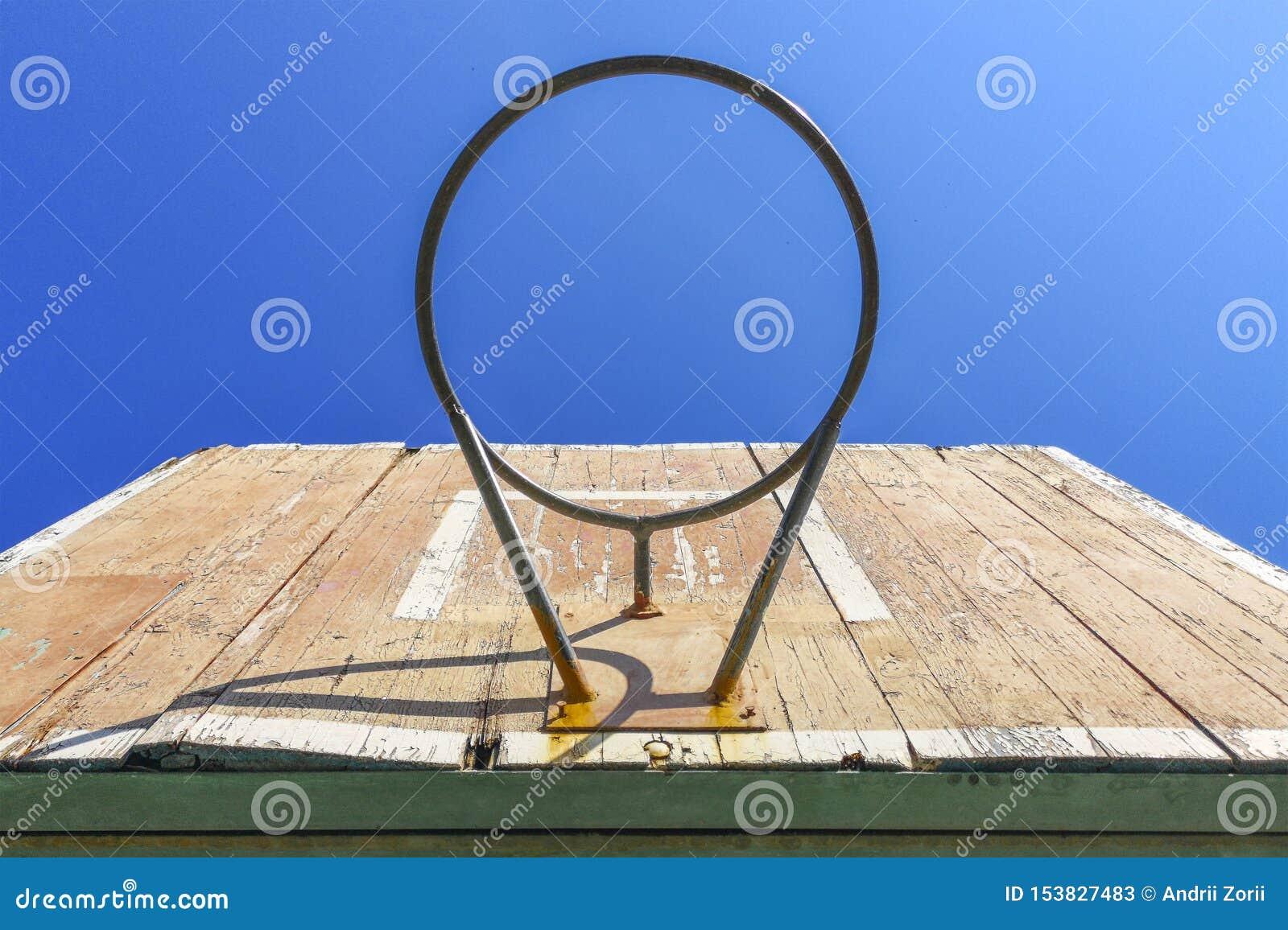老篮球篮有天空蔚蓝背景  老篮球档板 户外运动设备