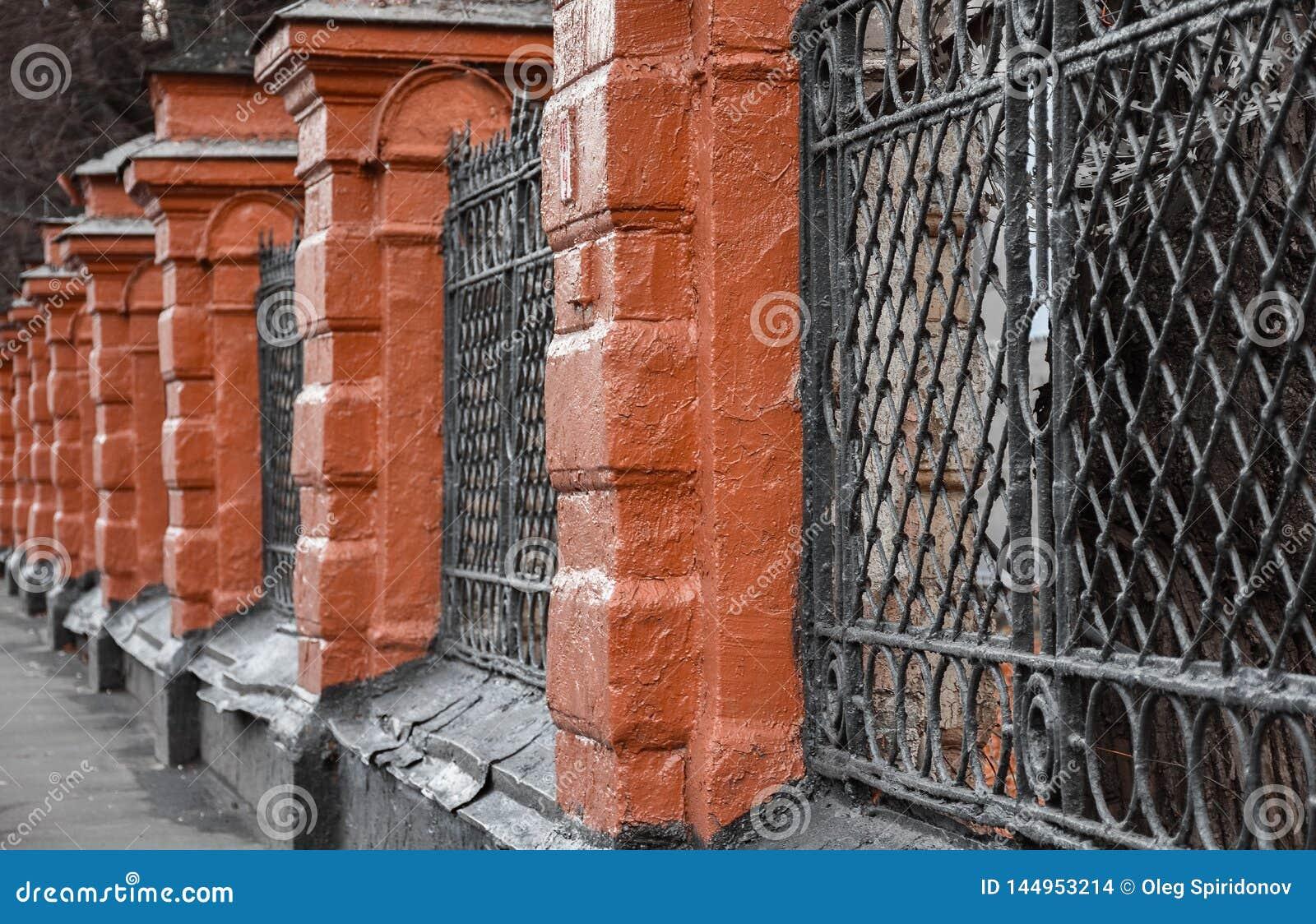 老红砖和黑格子篱芭
