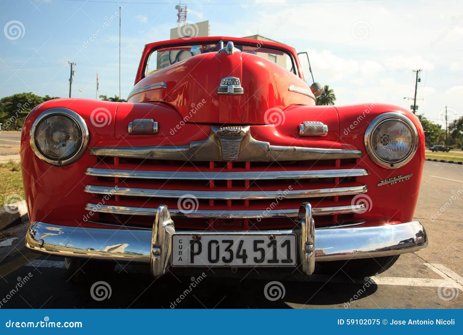 老红色汽车在古巴